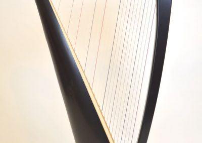 Side view of a Siff Saff lever harp in black